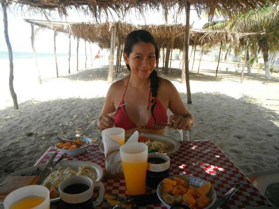 Hotel Restaurant Quinta Karla Pie de la Cuesta : desayunando en la playa