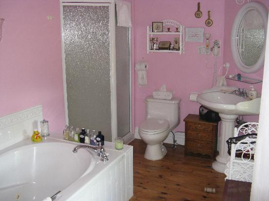 The Manse Bed and Breakfast : Large ensuite bathroom