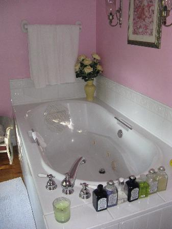 The Manse Bed and Breakfast: Jacuzzi tub
