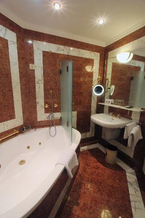 Hotel Bristol Vienna: Marble bathroom, complete with separate makeup area (off screen)