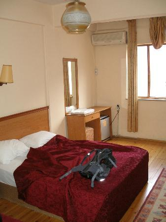Karahan Otel: Room 410, 3 beds, front of hotel, 70 TL
