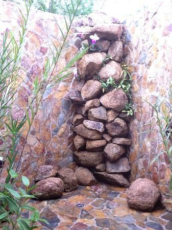 Hidden Valley Inn: Outdoor rock shower Deluxe Queen suite