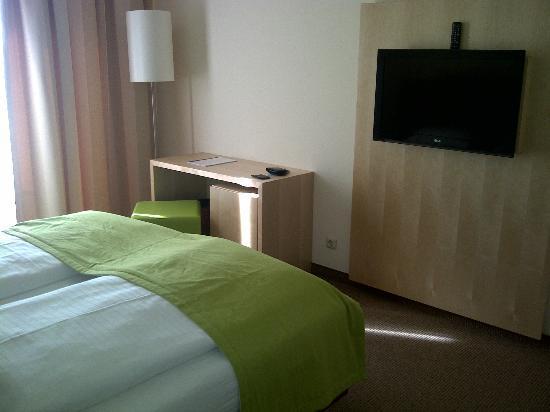 Momentum Hotel: TV & Schreibtisch