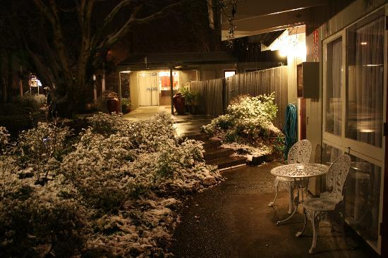 Spa Lodge Motel: snow at night at Spa Lodge