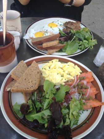 Luna Cafe : 卵2個(好きなスタイルで)とスモークサーモンの朝食プレート