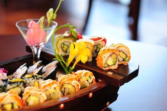 Sakura Japanese Restaurant : sushi boat