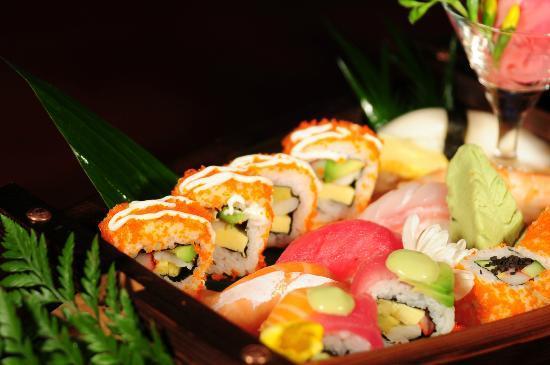 Sakura Japanese Restaurant: sushi boat