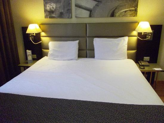 ... Armario amplio y repisa para dejar las maletas. Eurostars Roma Aeterna   La cama es comoda y grandisima fbdf8ba548df