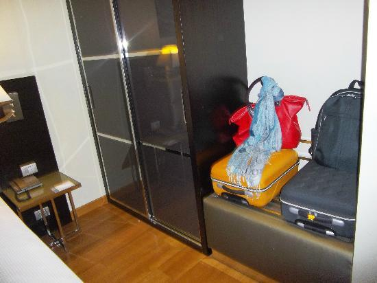 Eurostars Roma Aeterna  Armario amplio y repisa para dejar las maletas 8dbce28e26fd