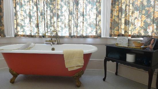 Blackinton Manor Bed & Breakfast: Bathroom in our room