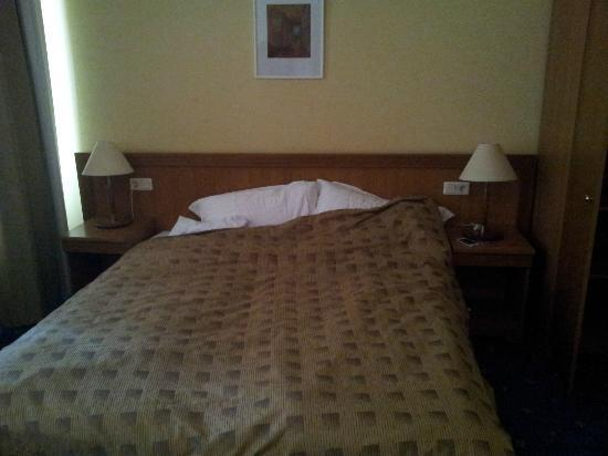 رينو هوتل: Большая удобная кровать 