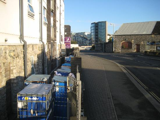 Premier Inn Plymouth City Centre (Sutton Harbour) Hotel: Our windows is one level up from the bins.