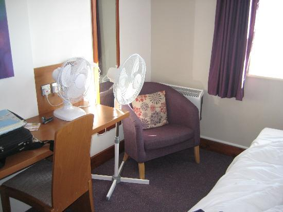 ‪‪Premier Inn Plymouth City Centre (Sutton Harbour) Hotel‬: The two fans already in our room