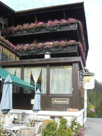 Alpenhotel Mittagspitze: vista lateral del hotel y comedor
