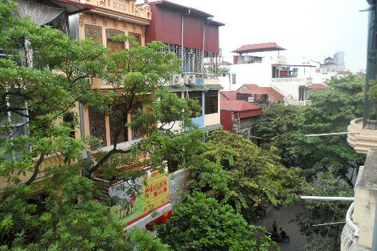 Hanoi Advisor Hotel: Leafy Alcoves in front of buildings