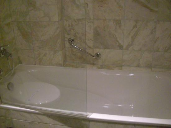 Grand Hotel Praha: bathroom 