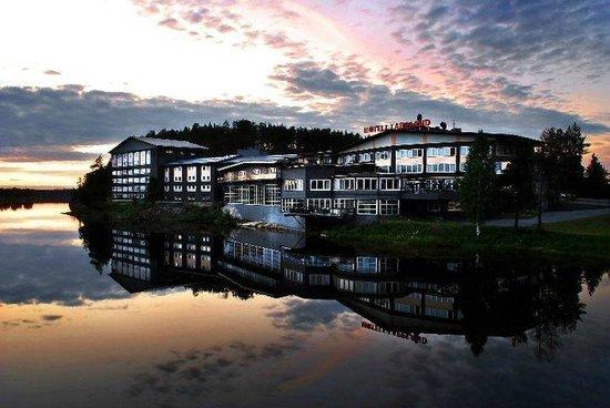 Lycksele, Sverige: Vy över hotellet från bron