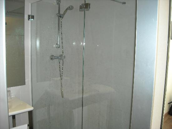 Hotel Teatre Auditori: Best shower ever. So powerful, you could see the water hitting your skin