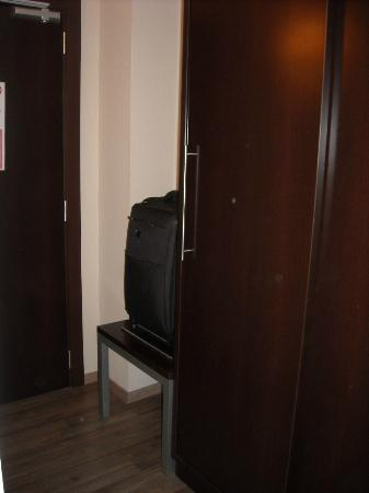 Hotel Teatre Auditori: Entrance and luggage storage