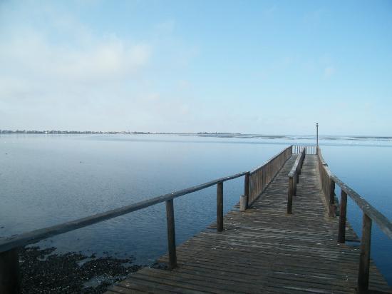 Protea Hotel by Marriott Walvis Bay Pelican Bay: Appena fuori dall'hotel, il vecchio pontile in legno sulla laguna