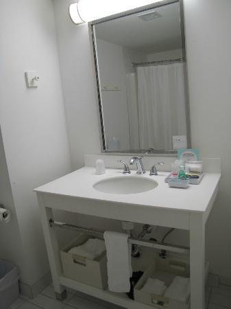Four Points by Sheraton Prince George: Bathroom vanity