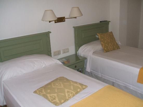 Hotel Alcantara: bed