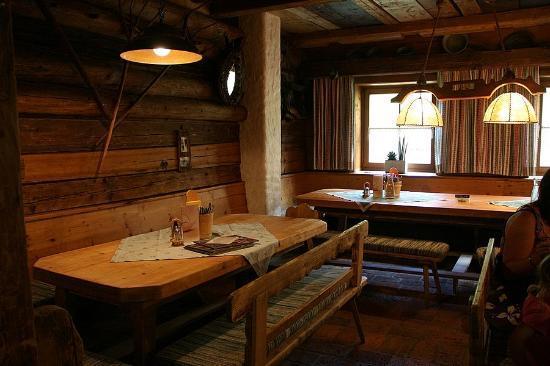 Wir mit buggi in seinem dorfstadl bild von dorfstadl for Salle a manger rustique