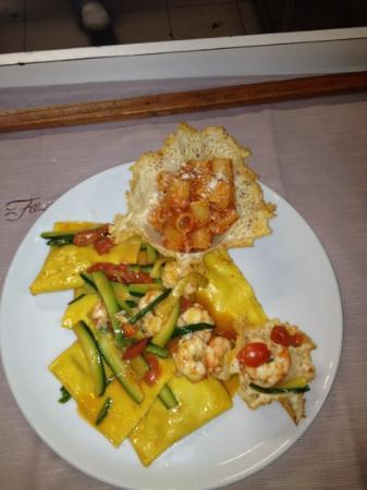 Il Fauro: ravioli di spigola con gamberi e zucchine( assaggio di amatriciana con cestino di parmigiano)