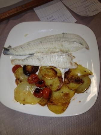 Il Fauro: spigola al forno con patate olive e pachino
