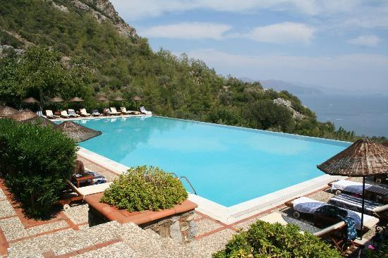 Dionysos Hotel: Infinity Pool out towards the sea