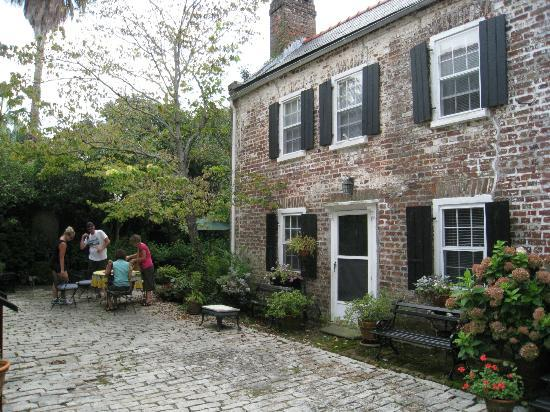 The History of Charleston Walking Tour : Destination tea in the family garden