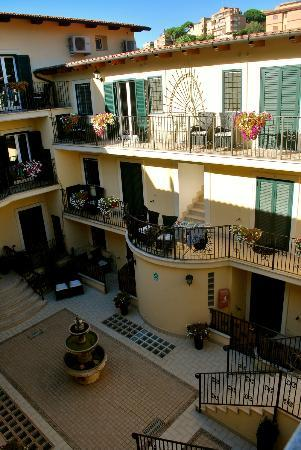 Aurelia Vatican Apartments: Courtyard