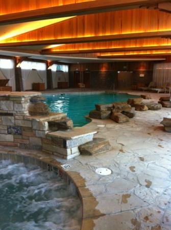 The Lodge at Turning Stone: indoor swimming pool and hot tub
