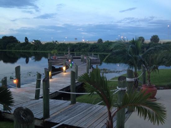 Hilton Palm Beach Airport: Lake