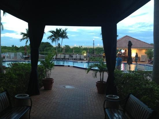 Hilton Palm Beach Airport: Pool Area