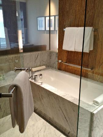 Grand Hyatt Kuala Lumpur: Badezimmer Mit Dusche Und Badewanne
