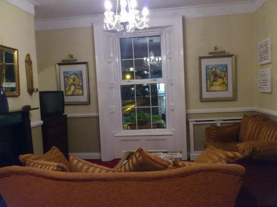 Uppercross House Hotel: Sitting area near reception