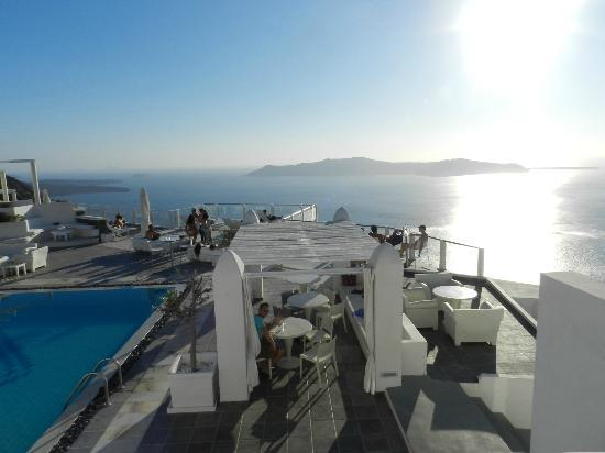 Rocabella Santorini Hotel: View from top of resort