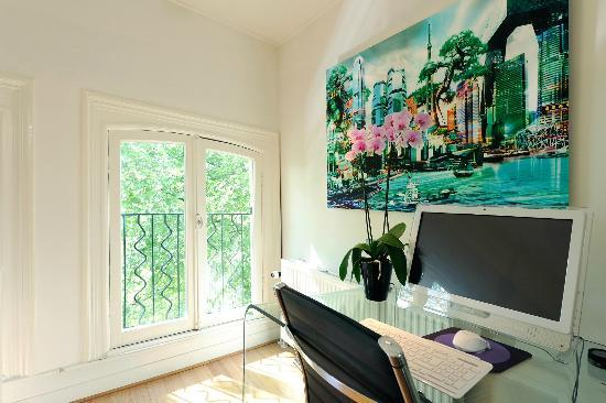 Amsterdam Boutique Apartments: Desk with pc Free wifi