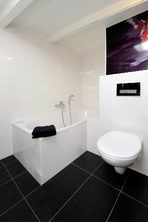 Amsterdam Boutique Apartments: Bathroom with bath & shower