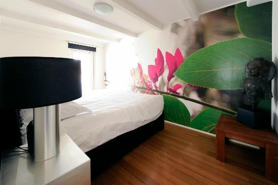 Amsterdam Boutique Apartments: King size bed