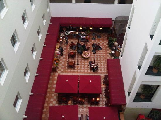 Ibis Lodz Centrum: Inside the hotel looking down at the restaurant & bar.