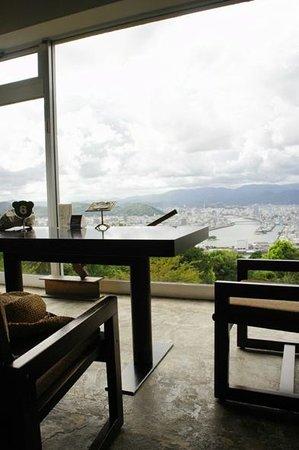 Cafe Panorama: 景色を眺めながら、ゆったりと過ごせます。