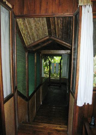 Pacuare Lodge: Down to bathroom