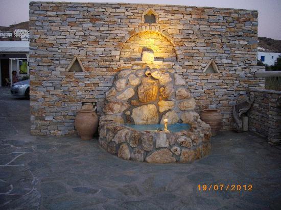 Hotel Helena : fontana all'ingresso