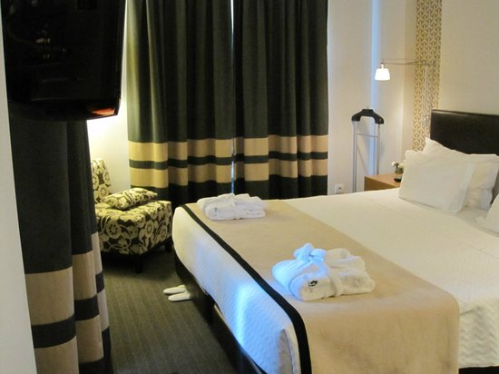 Sheraton Cascais Resort: Bedroom with exit onto balcony 