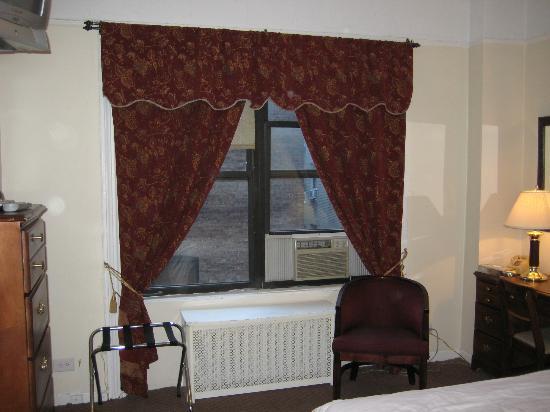 Imperial Court Hotel: finestra sinistra, condizionatore, calorifero