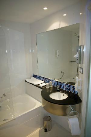 Holiday Inn Express Campo de Gibraltar - Barrios: Bathroom