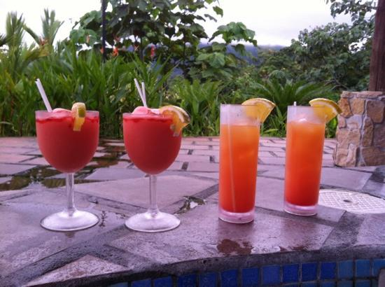 Arenal Manoa Hotel: two for one happy hour