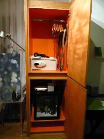 The Rothschild 71: Stanza 35 - L'armadio con cassaforte, asciugacapelli, minibar